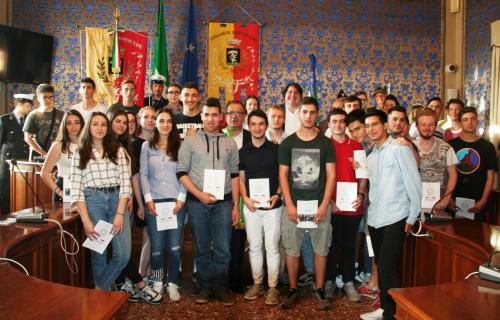 Il sindaco Fausto Tinti ha consegnato la Costituzione ai 18enni